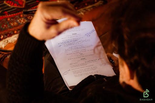 Une personne lit un script de podcast de marque, au sein du studio Bababam