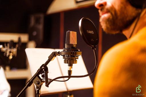 Un homme enregistre un podcast de marque dans un studio Bababam